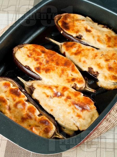 Пълнени патладжани (сини домати) с кайма, домати, лук и сос бешамел печени на фурна - снимка на рецептата